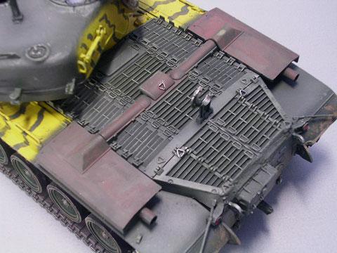 Die Auspuffanlage wurde vom Heck direkt auf das auch erheblich geänderte Motordeck gelegt.