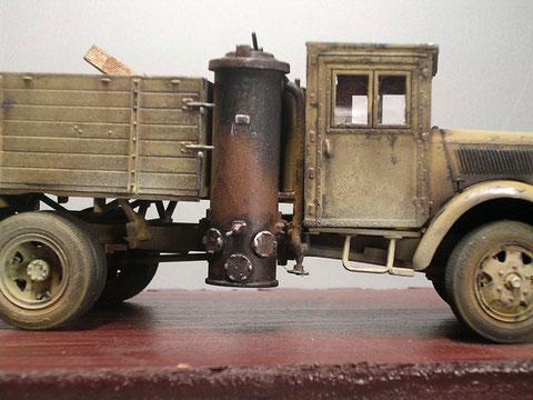 In einem seitlichen Ausschnitt der Ladefläche sitzt der Holzgaskessel am Trägerrahmen.
