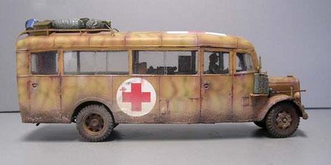 Auch hier die weithin sichtbare Rot-Kreuz-Kennung, was die Fahrzeuge aber oft nicht vor Feindbeschuss schützte!