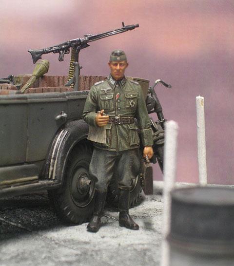 Adjutant mit Aktenkoffer-dieser Partisanenwagen ist schon mit einem MG 42 ausgestattet.