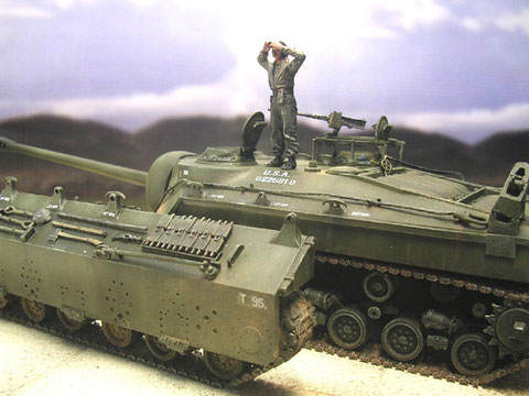 Der Panzer richtet sich parallel zum frei stehenden äußeren Laufwerk aus.