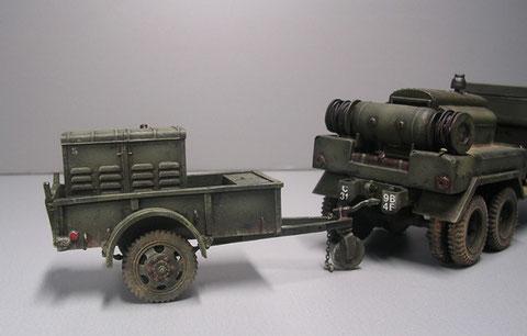 Generatoranhänger, beachte auf dem Truck hinten den Druckbehälter, darunter der Tank für den Kompressor.