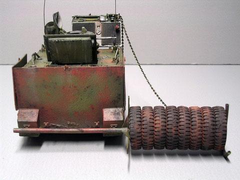Eine primitiver Ausleger führt 8 Reifen über dem Boden und bringt so die feindlichen Minen zur Detonation.