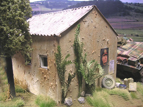 Das kleine, italienische Haus ist aus leichtestem Styrodur geschnitten mit dünner Pappe als Wellblechdach.