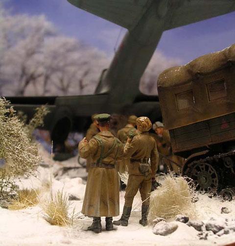 Dunkel überragt der Jagdbomber die Szene.