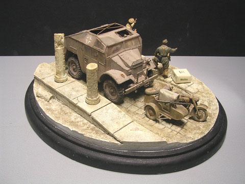 Die kleinen Keramiksäulenreste schaufen einen netten Kontrast zum Fahrzeug