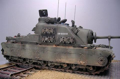 Die seitlichen Ersatzkettenglieder heben sich mit Rost- und Stahlfarbe vom Olivgrün ab.