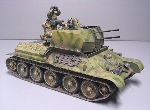 Tarnmuster entsprechend 1943 - deutlich sieht man auch, das rund um den Aufbau Panzerbleche ergänzt wurden.
