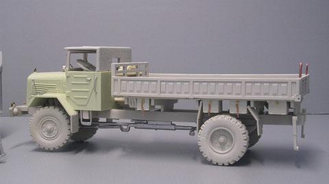 MB 315 LG mit gekürzter Pritsche als Pionierfahrzeug. Das Reifenprofil ist sehr gut gemacht, der Rest eher rudimentär und braucht eine gute Ersatzteilkiste