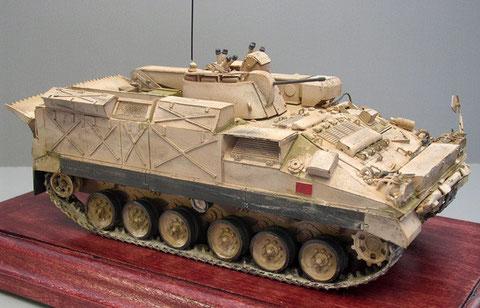 Ein erhöhter Wannenaufbau, ein kran und ein kleiner Waffenturm zeichnen diese Warrior-Variante aus.