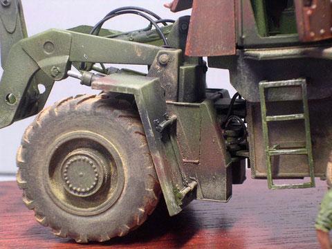 Wichtig auch am Modell die verkabelten Hydraulikleitungen zum vorderen Radgestell und zu der Hubeinrichtung.