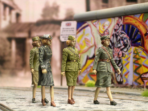 Die vier weiblichen Vertreter der allierten Kräfte in Berlin in trauter Einigkeit.