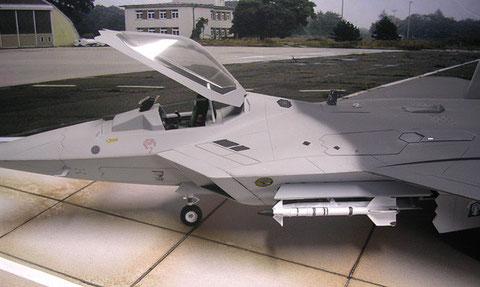Markant die großen Ansaugöffnungen links und rechts vom Cockpit, sowie die große Cockpithaube.