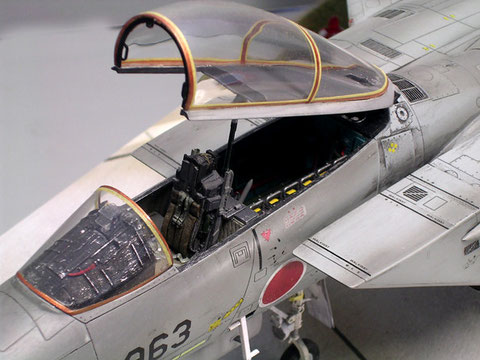Aufwendig gestaltetes Cockpit, die Kanzelrahmen sind in Gelb und Bronze abgesetzt.