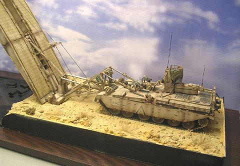 Der Panzer selber bekommt eine Mulde in den Sand - auch er wiegt an die 50 Tonnen in der Realität.