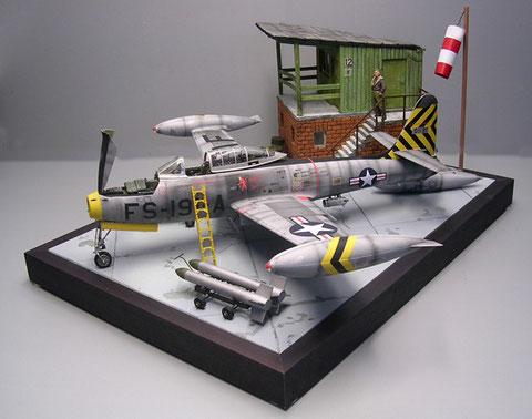 Viel los auf kleinem Raum- die Thunderjet überbordet mit ihren wuchtigen Zusatzflügeltanks die Dioramabasis.