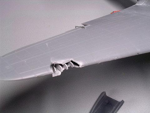 Eine Schadstelle des Diorama-Crashs wird durch ein paar Spanten und ausgedünnte Rändern angedeutet.