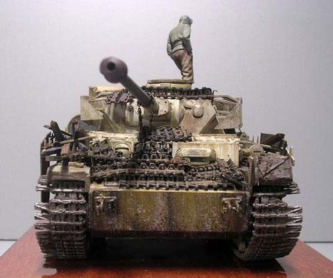 Die Besatzung versucht verbotenerweise ihren Panzerschutz mit Ersatzkettengliedern im Frontbereich zu erhöhen.