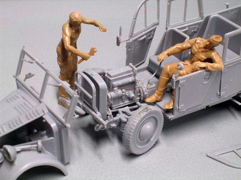 Vorderräder eingeschlagen wartet die Crew auf ihren Dioramaeinsatz. Beachte den filigranen Motor, der nur ein paar Leitungen als Ergänzung bedarf.