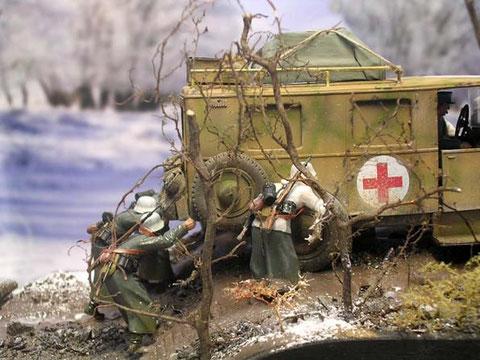Auch die Sanitäter versinken im Schlamm-die Figuren und Fahrzeuge müssen in den noch feuchten Gips eingesetzt werden!