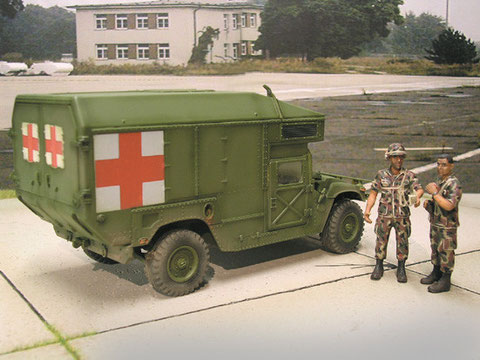 Hummer Ambulance, hoher Aufbau mit Klimaanlage über dem Fahrerhaus