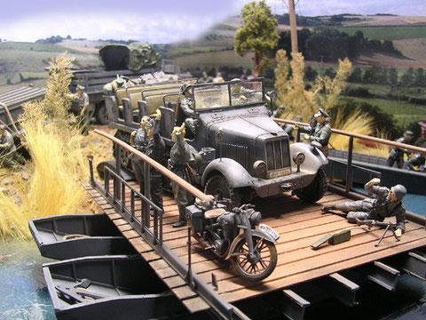 Die Zugmaschine rollt auf die Pontonfähre