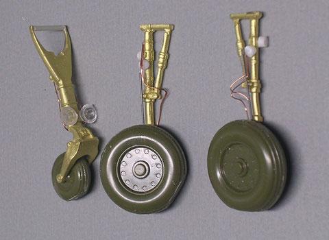 Die überarbeiteten Fahrwerksbeine aus Metall und die grünen Original-Reifen wurden mit Verkabelung und Landescheinwerfer ergänzt.
