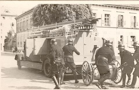 Hier ein zeitgenössisches Bild des großen Feuerlöschzuges im Einsatz.