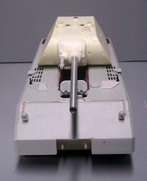 Die Scheinwerferverkabelung, sowie Antennenfüße müssen bei der V2-Version nachgerüstet werden.