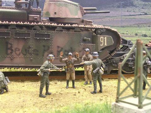 Die französischen Panzersoldaten ergeben sich