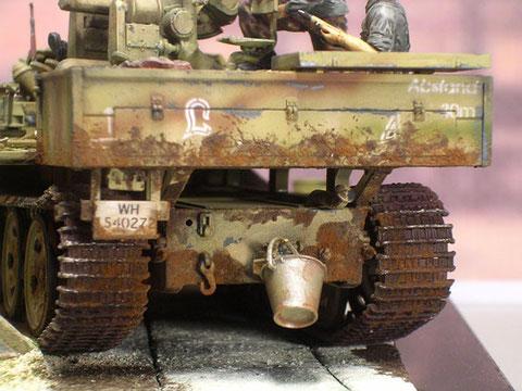 """Kennzeichen und Schriftzüge wurden mit Schablone aufgespritzt, beachte das Zeichen der """"Panzer-Lehr""""-Divison."""