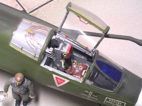 Detailliertes Cockpit mit Ätzteil-Sitzgurten, Heizschlange hinterm Sitz, getönte Frontsichtscheibe