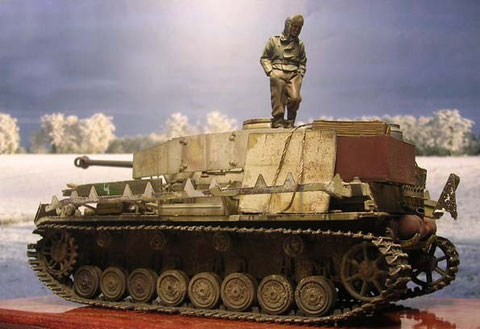 Der Panzer ist für die Winterzeit weiss abgetarnt worden, doch schon bald verblasst der dürftige Tarnanstrich.