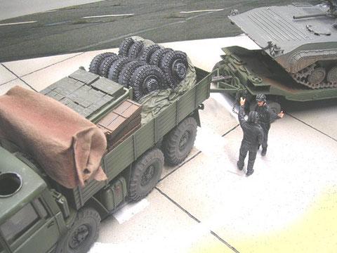 Ladefläche mit Ersatzteilen und Kanistern als Ballast