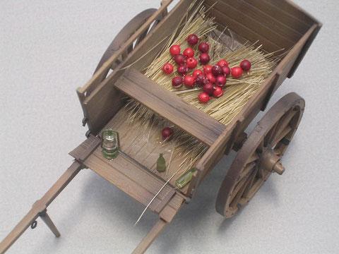 Die Äpfel sind durch auf einen feinen Draht aufgezogene Perlen mit unterschiedlichen Rottönen entstanden.