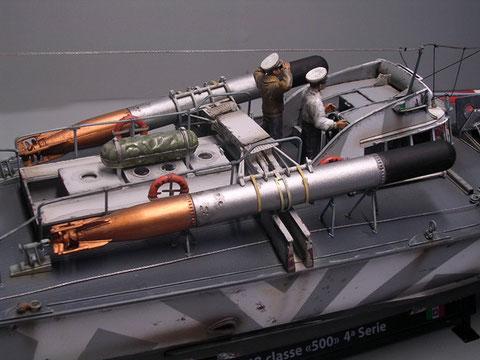 Die beiden 450mm Torpedos sollte man auf jedem Fall altern und mit Öl- und Fettspuren versehen.
