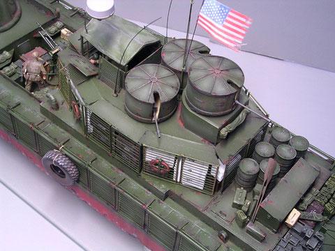 Der 20mm- und die beiden MG-Türme ordnen sich schlachtschiffartig auf dem oberen Aufbau an.