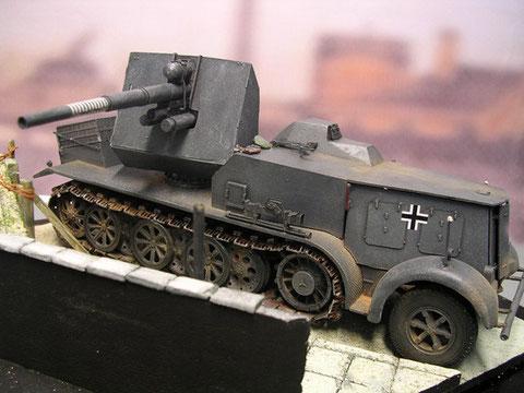 Beachte die überpanzerte Fahrerkabine mit dem nach hinten offenen Aufbau und den komplett überpanzerten Motorbereich.