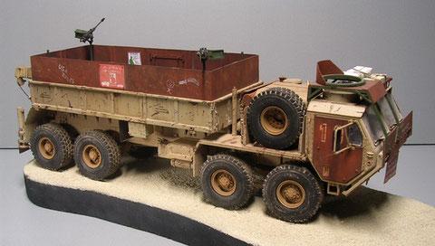 Deutlich hebt sich der rostfarbene Panzerschutz vom Grundfahrzeug ab.