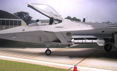 Ausgeklappte Luft-Luftrakete aus dem Waffenschacht.