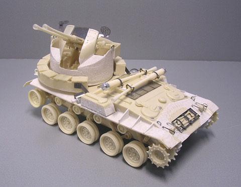 Schön gestaltet dagegen die Bofors-Plattform mit den filigranen Visieren aus Ätzteilen.
