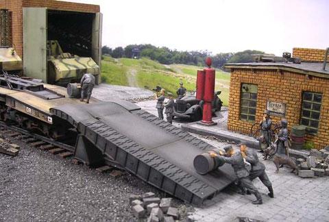 Die Auffahrrampe ermöglicht das Abfahren der schweren Last auf den Übungsplatz.