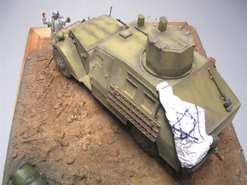 Eine weiss gespritzte Bleifolie ergibt die israelische Flagge auf dem Fahrzeugheck.