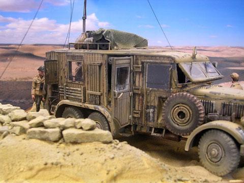 Das Fahrzeug hebt sich kaum von seiner Wüstenumgebung ab.