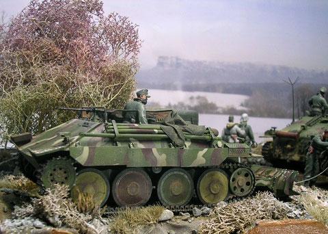 Der Bergehetzer ist rückwärts angefahren, um den havarierten Jagdpanzer in Schlepp zu nehmen.