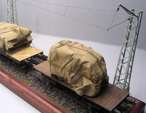 Der kleinere Tieflader kann entsprechend nur eine ungepanzerte Last tragen.