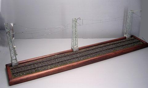 """Neunzig Zentimeter Gleislänge, da müssen die Oberleitungsmasten schon auf den Rahmenrand """"flüchten""""."""