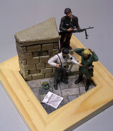 Wehrmachtplakat und Offziersmütze auf dem Boden, Widerstandskämpfer mit Thomson-MP.