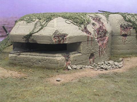 Die schweren Einschläge haben die Bunkerwand zwar nicht durchschlagen, jedoch ist schon die Stahlarmierung deutlich zu sehen.