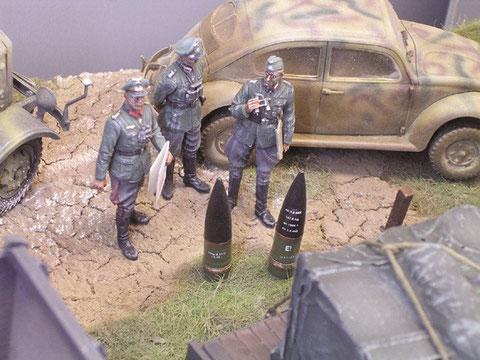 Höhere Artillerieoffiziere begutachten die zur Verfügung stehenden Granaten